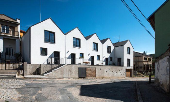 V obci Bílovice nad Svitavou vyrostlo pět bílých domků sloužících jako sociální bydlení