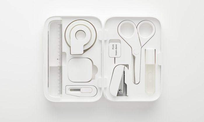 Naoto Fukasawa navrhl set malých kancelářských potřeb vkompaktní krabičce