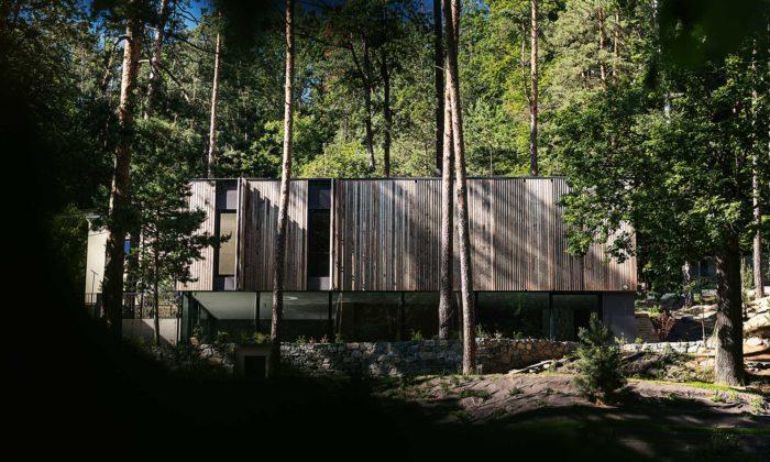 Na sever odBrna vlese byl postaven nenápadný dům VeSkrejši