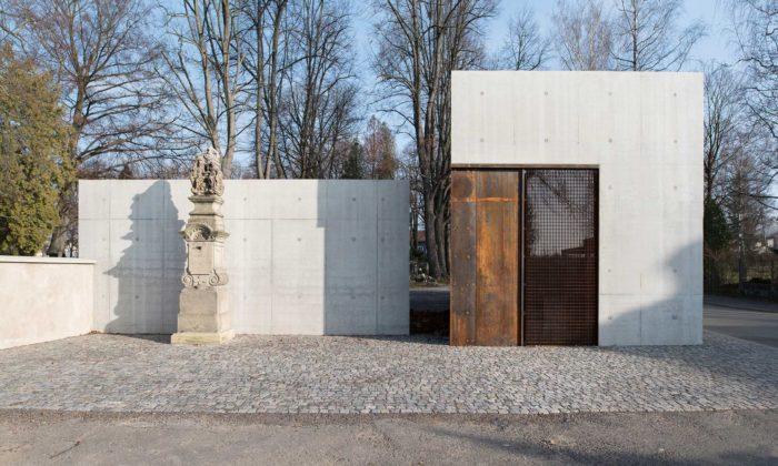 Na okraji hřbitova vLitomyšli vzniklo minimalistické zázemí pro veřejnost isprávce