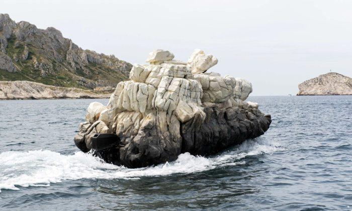 Francouz vytvořil neviditelnou loď L'invisible pokrytou umělým skalním masivem