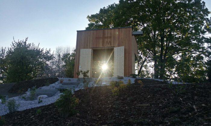 Na západ odPrahy vznikla malá dřevěná televizní kaple Panny Marie