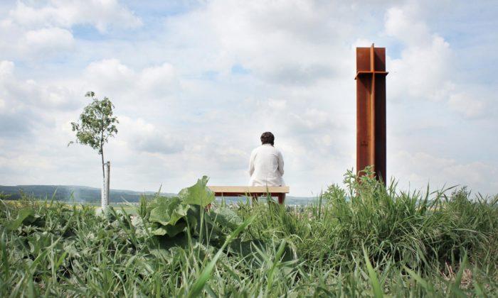 Na polní cestě nedaleko Chrudimi vyrostla ocelová kaplička Čtyř svatých