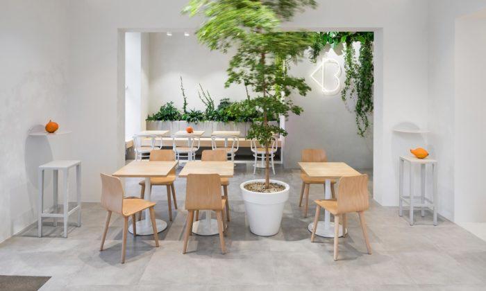 Loving Bistro naLetné má interiér vneutrálních barvách kontrastujících sbarevností jídel