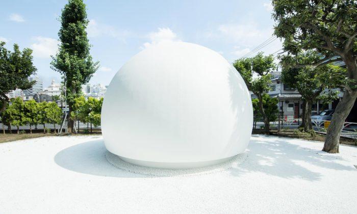 Tokijská veřejná toaleta dostala tvar velké bílé koule aovládání hlasem