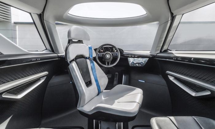 Porsche odhalilo interiér konceptu Renndiens připomínající vesmírnou loď