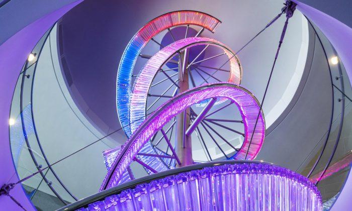 Preciosa Lighting vytvořila naletišti vLos Angeles instalaci ze tří svítících stuh