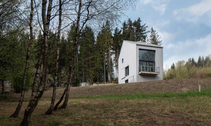Rodinný dům Krásná má monolitický design avelká okna pro výhledy dokrajiny
