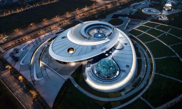 Šanghajské muzeum dostalo futuristické tvary inspirované fungováním vesmíru