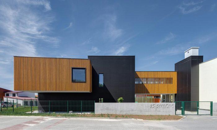 Středočeské město Smečno má minimalistický školní pavilon sjídelnou