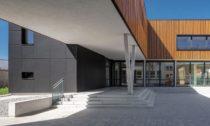 Školní pavilon s jídelnou ve městě Smečno od LCArch
