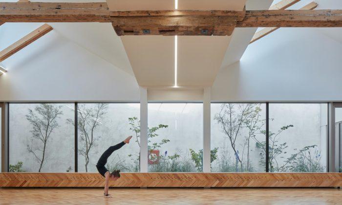Po přestavbě postindustriální budovy vBrně vzniklo studio Yoga Garden sgalerií umění