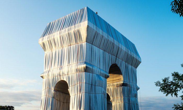 Vítězný oblouk vPaříži byl dočasně obalen podle návrhu Christo aJeanne-Claude