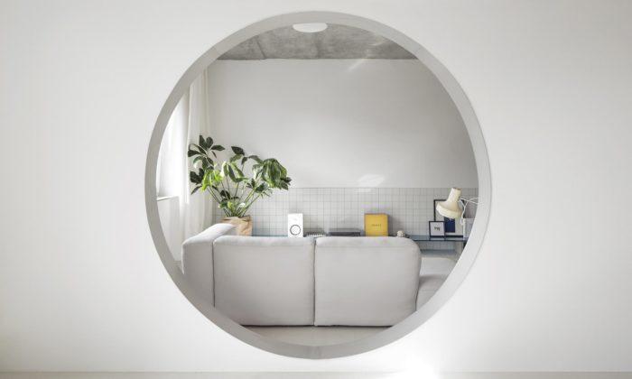 Bratislavský byt má porekonstrukci propojený obývák skuchyní kruhovým průhledem