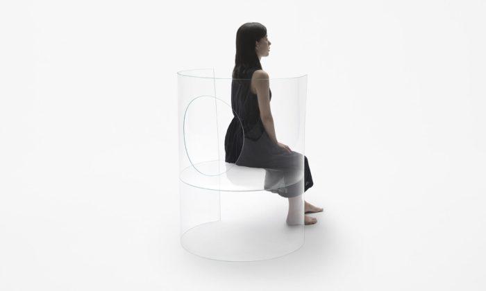 Nendo navrhlo židli Chaise Médaillon vyrobenou ze skla otloušťce tři milimetry