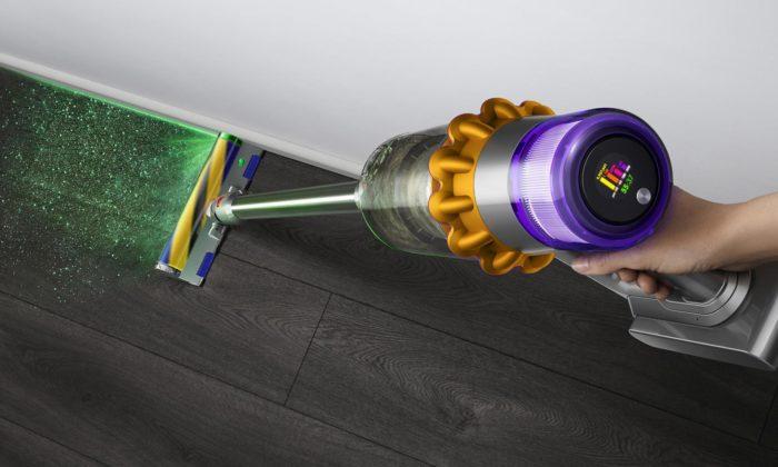 James Dyson vybavil vysavač V15 Detect laserem odhalující imikroskopický prach