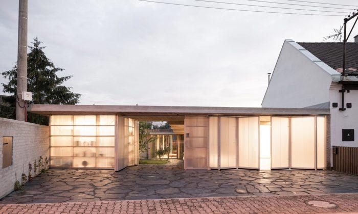 Rodinný dům vLanškrouně kopíruje mírný svah adoulice svítí svou fasádou