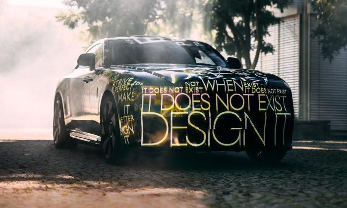 Rolls-Royce odhaluje první čistě elektrický vůz značky jménem Spectre