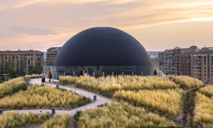 Na střechu nádraží veŠpanělsku byla instalována 15metrová černá koule