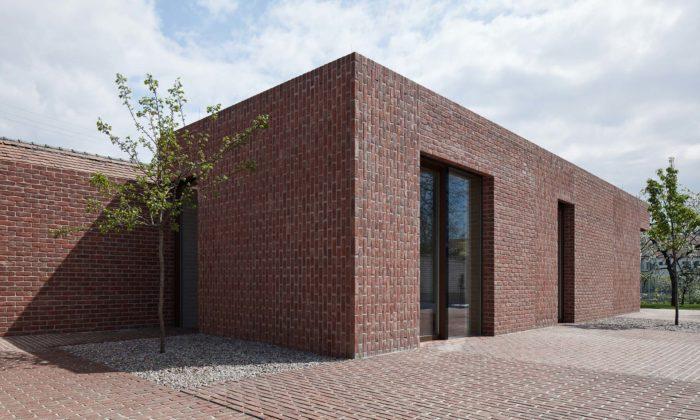 Na zahradě vobci Prušánky vyrostl cihlový domek navazující vzhledem naokolní stavby