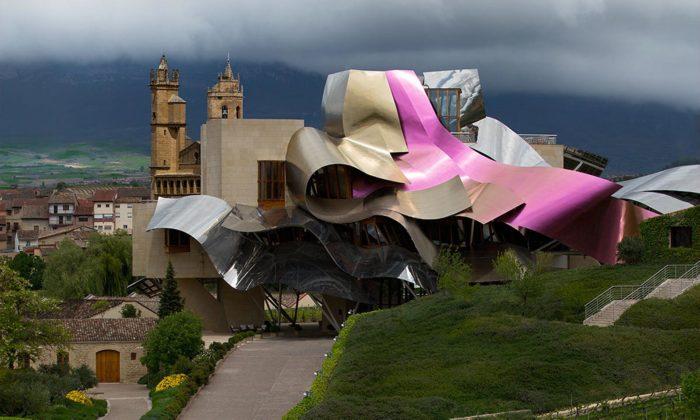 Praha vystavuje nejslavnější stavby Franka Gehryho včetně pražského Tančícího domu