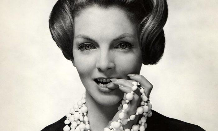 Cheb vystavuje luxusní československou bižuterii navrženou vletech 1948 až 1989