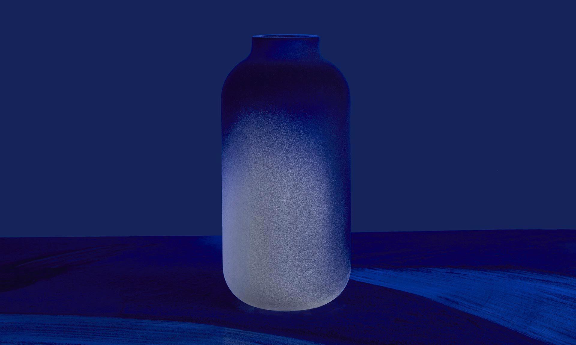 Dvě české designérky navrhly kolekci váz Mood Indigo sesametovým povrchem