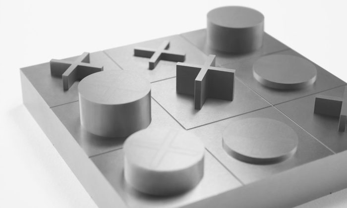 Nendo navrhlo stolní piškvorky vmonolitickém designu zbloku nástrojové oceli