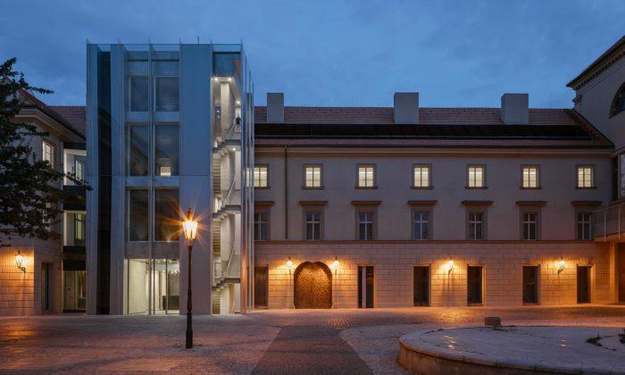 Zrekonstruovaný neoklasicistní objekt Hybernská 1 dostal moderní přístavbu ze skla aduralu