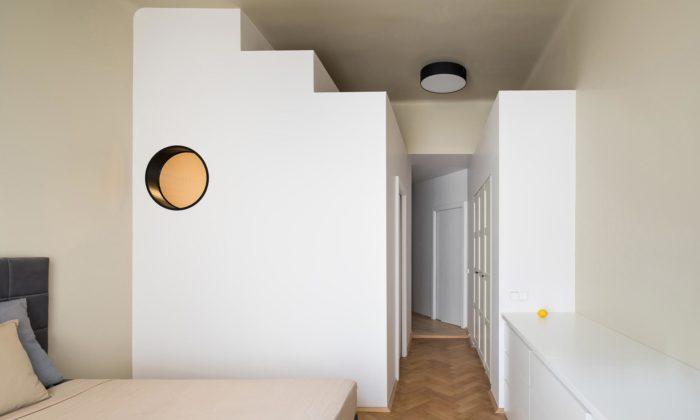 Pražský byt svysokými stropy ozvláštnil italský designér stupňovitými objemy