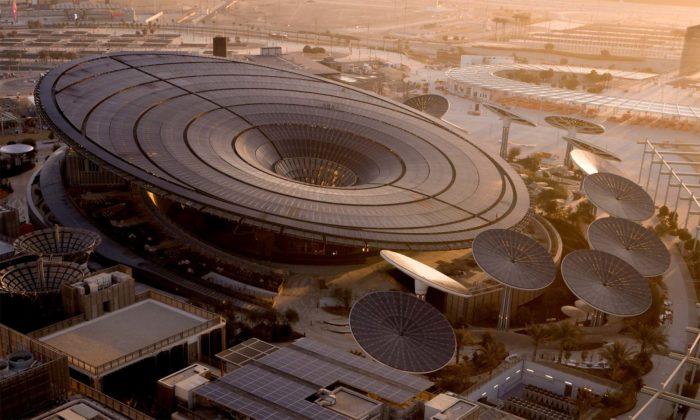 Futuristický pavilon udržitelnosti Terra naExpo jecelý pokrytý fotovoltaikou
