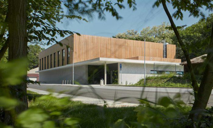 Tréninková sportovní hala Borky dostala jednoduchý design afasádu obloženou dřevem