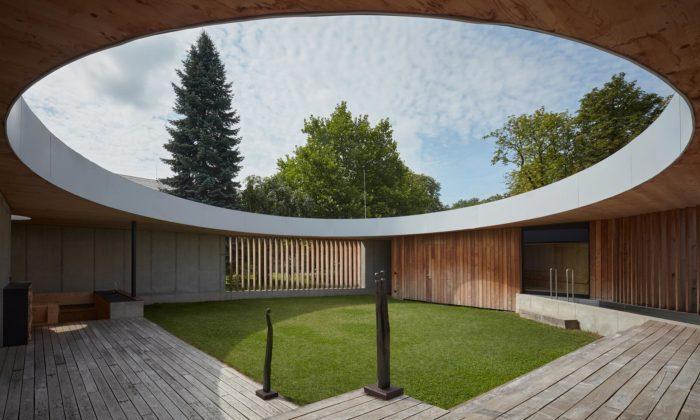 Vila vNovém Jičíně má zahradu uprostřed domu aodkazuje tak naantický atriový dům